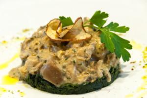 Bocconcini di pollo ai funghi porcini e spinaci saltati all'aglio