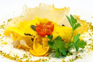 Tortelli ripieni di patate,crema di burro e salvia serviti in cialda di parmigiano