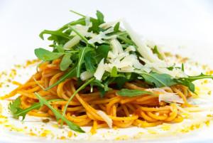 Spaghetti in salsa di pomodoro con rucola e  scaglie di grana stagionato 36 mesi