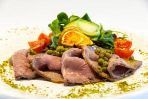 Roast beef ai profumi dell'orto con radicchietti di campo e pomodorini