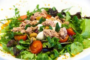 Insalata Della Torre  (misticanza tonno olive mozzarella e pomodori pachino)